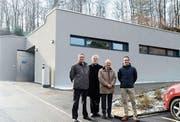 Pfarrer Lars Altenhölscher, Pfarrer Erich Guntli, Stadtrat Ludwig Altenburger und Architekt Raffaele Prestagiacomo, (von links), sprachen am Einweihungsakt zur sanierten Aufbahrungshalle (hinten). (Bild: Hansruedi Rohrer)