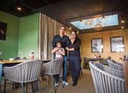 Xuong und Mymy Thai mit ihrer Tochter Eve im Speisesaal der «Flühlingslolle». (Bild: Andrea Stalder (25.7.2017))