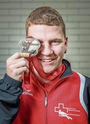 Die Goldmedaille bedeutet dem Seilzieh-Weltmeister Dario Bürge viel. (Bild: Urs Bucher)