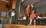 Tangomelodie, gespielt von der Bürgermusik Wildhaus, dazu tanzen Eva Anderegg und Tobias Claudy.