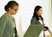 Schülerinnen erzählen bei der Präsentation von den Schwierigkeiten der Matheaufgaben. (Bild: PD)