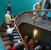 Die Gäste bei der Besichtigung: Blick auf das Treppenhaus. (Bild: Nana do Carmo / TZ)