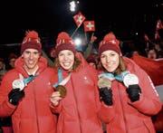Drei Medaillen auf einen Schlag (Bild: Jean-Christophe Bott/Keystone)