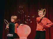 Es klappt: Die beiden siebenjährigen Mädchen Fiona und You-Jin brillieren in der Nummer mit den Riesenseifenblasen. (Bilder: Rudolf Steiner)