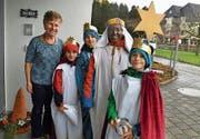Pfarreibeauftragte Martina Gassert und die Sternsinger. (Bild: PD)