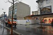 """Das alte Haus ist abgebrochen. In der """"Lücke"""" an der Bahnhofstrasse 9 wird bald ein Neubau hochgezogen. (Bild: Heini Schwendener)"""