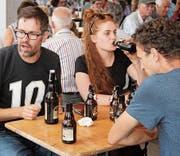 Am Freitagabend sass man am Kurzdorfer Quartierfest gemütlich beim Bier. (Bild: Christof Lampart)