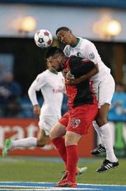 San Antonios Stürmer Eric Hassli (vorne) wird vom Gegenspieler umklammert. (Bild: getty/Adam Hunger)