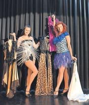 In Windeseile: Elizabeta Simic und Natalie Breitenmoser wechseln ihre Kostüme im Rekordtempo. (Bild: Christoph Hunziker)