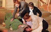 Grosse Aufregung gab es im Unterschlupf, als Alice (Ramona Färber) angeschossen wurde und zusammenbrach. (Bilder: Marlies Scarpino)
