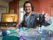 Jon Duri Cajochen mit seinem erfundenen Harry-Potter-Brettspiel. (Bild: Andrea Stalder)