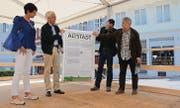 Sie präsentieren die Plakatausstellung zum Altstadtleitbild: Stadtpräsidentin Susanne Hartmann, Stadtrat Marcus Zunzer, Informationschef Stefan Hauser und Stadtplaner René Haefeli. (Bilder: Philipp Haag)