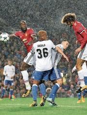 Marouane Fellaini erzielt mit dem Kopf gegen Basel das 1:0 für Manchester United. Bild: Martin Ricket/AP (Bild: Martin Ricket/AP)