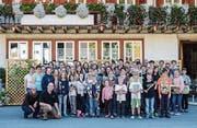 Die 50 Musikantinnen und Musikanten posieren vor dem «Ochsen» im toggenburgischen Stein. (Bild: PD)