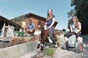Rolf Thalmann, Svenja Huber und Silvia Thalmann eröffnen im Oktober die Bauernhof-Kindertagesstätte Chälbliland. (Bild: Manuel Nagel)