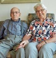 Walter und Huldi Künzle sitzen gern zusammen auf der Couch in ihrer Wohnung im Alterszentrum. (Bild: Mario Testa)