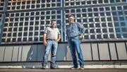 Karl Streule (links) und Daniel Eugster vor dem preisgekrönten Neubau, an dessen Fassade «lichtdurchlässige» Solarzellen haften. (Bild: Jil Lohse)