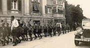 Militärische Einflüsse: Die Jungwacht marschiert im Jahre 1940 auf der Hauptstrasse in Rorschach. (Bild: Archiv)