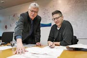 Stadtrat Ernst Zülle und Sandro Nöthiger, Leiter Tiefbau, erläutern die Pläne. (Bild: Martina Eggenberger Lenz)