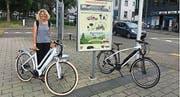 Eine Wiler Passantin freut sich über die Aktion «Bike4Car». (Bild: SK)