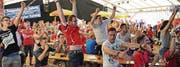 Als wär's die Führung: Im Wattwiler EM-Zelt beim Kino jubeln sich die Fans beim 1:1 in Ekstase. (Bilder: Michael Hug)