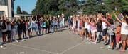 Die Schüler posieren mit den Lehrplan-Bällen fürs abschliessende Gruppenbild. (Bild: Stefan Hilzinger)
