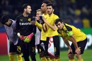 Sie mussten am Tag nach dem Anschlag auf ihren Mannschaftscar schon wieder ran: Spieler von Borussia Dortmund. (Bild: Keystone)