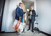 Ursi Stöcklin ist über die Rolle Toilettenpapier, die sie jeweils von Nora Gerber zum Dank bekommt, erfreut. (Bild: Andrea Stalder)