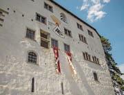 Verkörpern viele Emotionen: zwei Filzbanner an der Schlossfassade. (Bilder: PD)