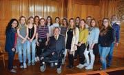 Eindrückliches Treffen: Die Klasse BAVD1 vom Brückenangebot am bzb Buchs mit CVP-Nationalrat Christian Lohr. (Bild: pd)