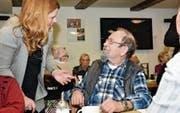 Andrea Fischlmayr nimmt sich für alle Gäste im Altersheim Gärbi Zeit und stellt sich ihnen persönlich vor. (Bilder: Heini Schwendener)