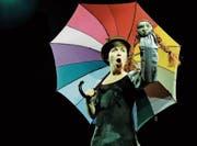 Halb Mary Poppins, halb kleine Hexe: Eliane Blumer als Fee Schirmchen mit ihrem Schützling Ella. (Bild: PD)