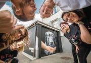 Die Vereinsmitglieder der Tiertafel Kreuzlingen und die beiden Graffiti-Künstler freuen sich über die toll besprayte Garage. (Bild: Reto Martin)