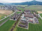 Blick von oben auf die Agroscope-Forschungsanstalt Tänikon an der Bahnlinie Winterthur–Wil vor Guntershausen. (Bild: Olaf Kühne)