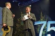 Der künftige Stadler-CEO Thomas Ahlburg nimmt Schlüssel und Reitgerte von Peter Spuhler entgegen. (Bild: Mario Testa)