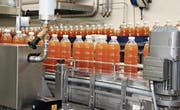 Der Bischofszell Nahrungsmittel AG steht eine neue Abfüllanlage für Getränke zur Verfügung. (Bild: Christof Lampart)