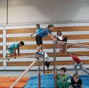 Ob in der Höhe oder am Boden: Mädchen und Knaben geniessen die offenen Sporthallen am Sonntag. (Bild: PD)