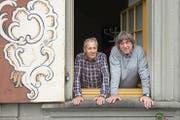 Blick aus einem der Zellweger-Paläste am Trogner Landsgemeindeplatz: Albert Tanner (links) und Mäddel Fuchs an einem Brennpunkt der Appenzeller Geschichte. (Bild: Samuel Schalch)
