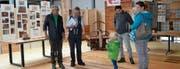 Ulrich Bernegger (Hobau Parkett AG, 2. von links) zeigt den Besuchern die Parkettvielfalt, hergestellt aus heimischem Rohstoff. (Bilder: Adi Lippuner)