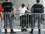 Zunehmend im Fokus: Private Sicherheitsunternehmen werden von Seiten der Schweizer Fanarbeiter kritisiert. (Bild: Archiv/Keystone)