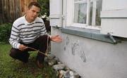 Nach der Entfeuchtung: Odo Diels zeigt die sichtbar trockene Wand eines Wohnhauses. (Bild: Markus Fässler)