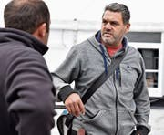 Wiga-Bauchef René Hitz aus Grabs im Gespräch mit einem Zeltbauer auf dem Buchser Marktplatz. (Bild: Heini Schwendener)