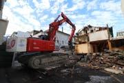 Der Abbruch des rund 130-jährigen Hauses an der Bahnhofstrasse 9 in Buchs hat begonnen. Hier ein Blick aus Süden auf die Abbrucharbeiten. (Bild: Hans Rohner)