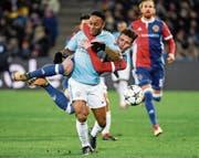 Überlaufen: Basels Taulant Xhaka muss sich gegen Raheem Sterling (vorne) mit Händen und Füssen wehren. (Bild: Georgios Kefalas/KEY)