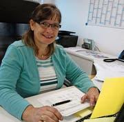 Bei der Arbeit in Sirnach: Conny Suter hilft Menschen aus der Schuldenfalle. (Bild: PD)