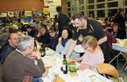 En Guete: Ein Turner serviert den Gästen das Essen. (Bild: Manuela Olgiati)