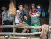 Tek Barandur Thani mit seinem Sohn (vorne), seinen Eltern und der geretteten Tochter. (Bild: Benjamin Manser (SRK / Benjamin Manser))