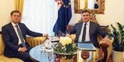 Der slowenische Premier Miro Cerar (links) und sein kroatischer Amtskollege Andrej Plenkovic in Zagreb. (Bild: Antonio Bat/EPA (19. Dezember 2017))
