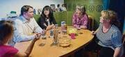 Gesprächsrunde: Claudia Rohner aus Kriessern, Andrea Fischer-Spalinger aus Heiden, Sandra und Markus Giger aus Horn (v.r.). Und Joanna. (Bild: Luca Linder)