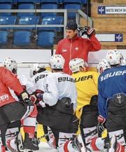 Gestern hielt Patrick Fischer (stehend) mit den Eishockey-Nationalspielern eine erste Trainingseinheit ab. (Bild: Andy Müller/Freshfocus)